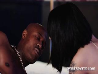 Азиатка с большими сиськами занимается сексом со своим негром дома у него же в спальне