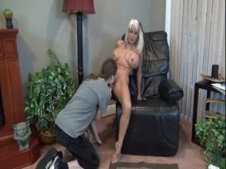 Порно видео со зрелой блондинкой и ее молодым человеком дома на диване в гостиной