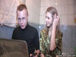 Порно кастинг с молодой девушкой, которая обожает ебаться в пизду