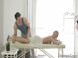 Секс-массаж блондинки закончился спермой во рту у девушки после траха