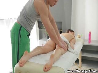 Парень трахнул молодую брюнетку на массажном столе после массажа груди