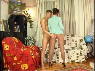 Сексуальная зрелая блондинка сосет член своего мужа, а он кончает ей в рот