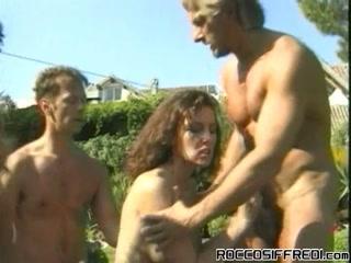 Мужики трахают в жопу двух девушек