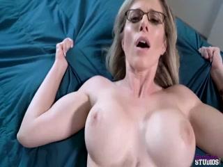 Мама заставляет заниматься любовью своего сынка и его друга дома на кровати в разных позах