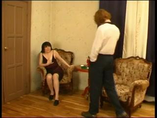Секс с русской зрелой женщиной в чулках на диване дома