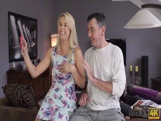 Сексуальная брюнетка трахаются в пизду, а потом сосет хуй партнера дома на диване